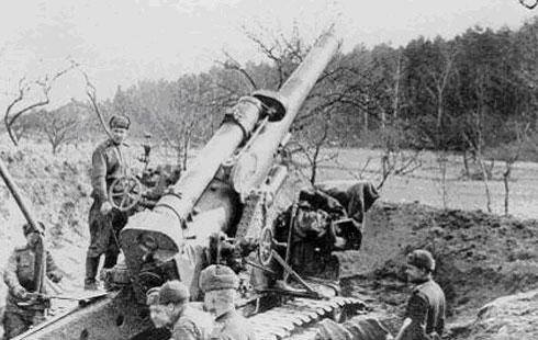 На линии обороны города Орджоникидзе (Владикавказ) один из боевых расчётов артиллерийского орудия
