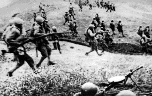 Пехотинцы контратакуют вражеские позиции