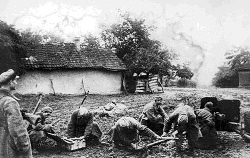 Противотанковое орудие командира Аветисянца А.Н. ведёт огонь по вражеским танкам в районе г.Моздока