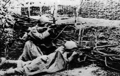 Снайперы подразделения морской пехоты Фёдоров (справа) и Журавлёв метко уничтожают врага
