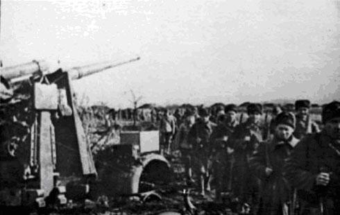 Бойцы подразделения гвардии лейтенанта Авшинова Г.И. направляются на новую огневую позицию
