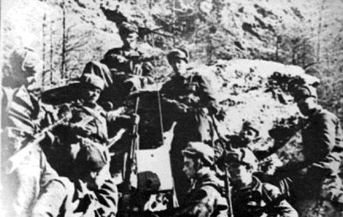 Бойцы советского горнострелкового отряда слушают передачу из Москвы