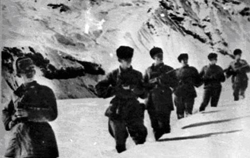 Партизаны и советские автоматчики в горах Северной Осетии